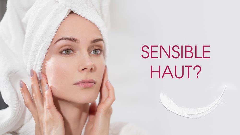 """Frau mit Handtuchturban auf dem Kopf hat die Hände an den Wangenknochen. Auf dem Bild steht der Text """"Sensible Haut?"""". Unterhalb liegt eine Feder."""