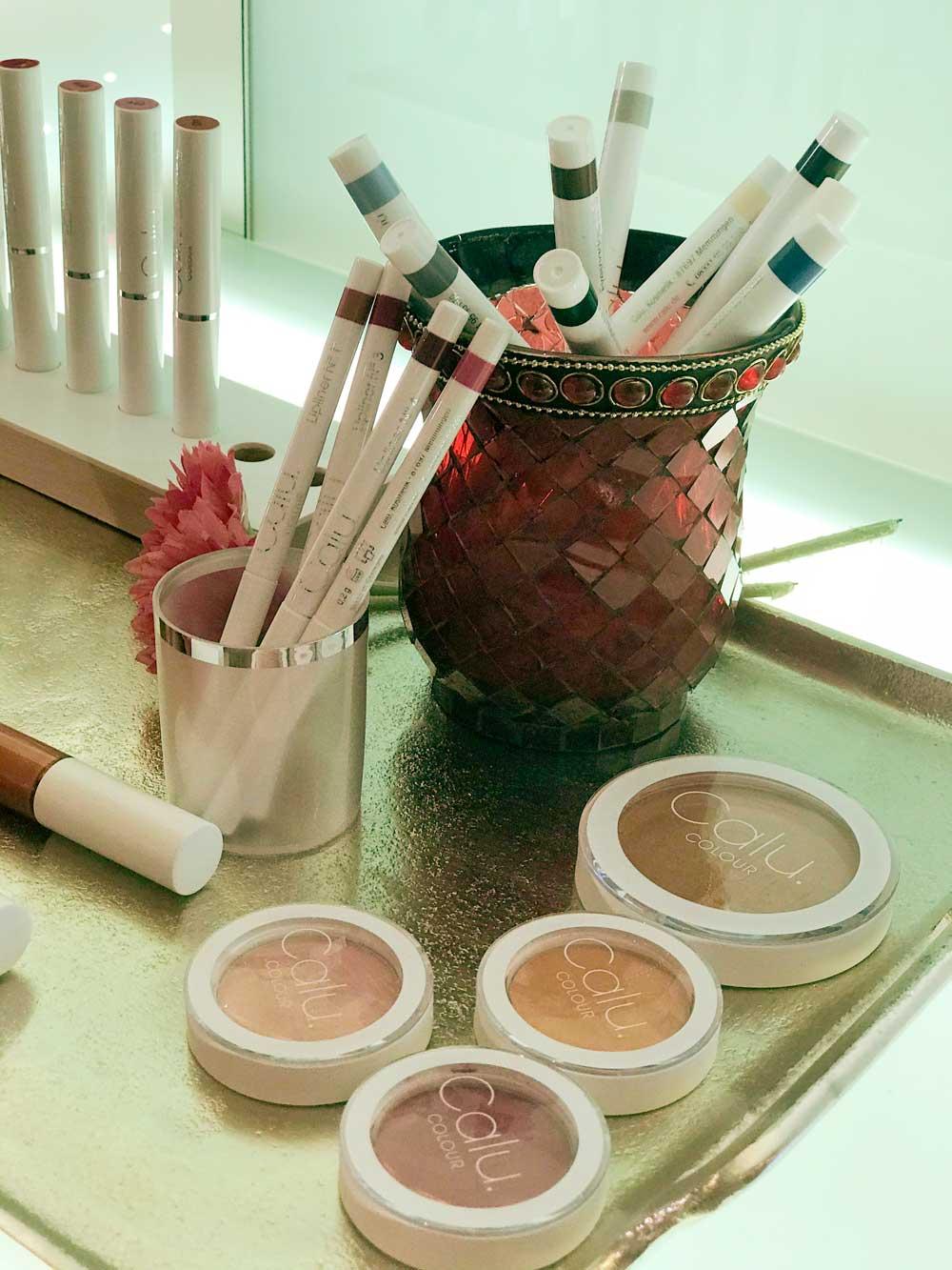 Calu Colour Produkte auf einem Tablett arangiert