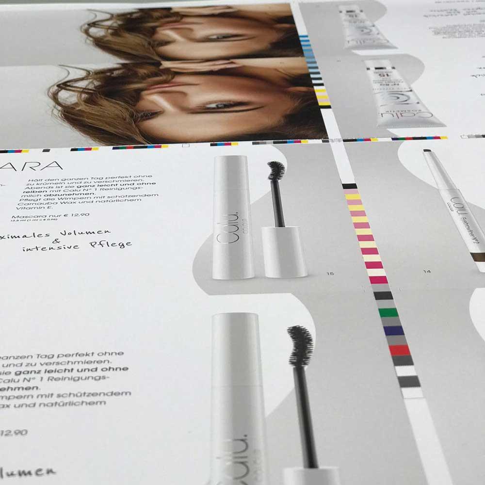 Nahaufnahme eines Druckbogens des Calu Colour Kataloges