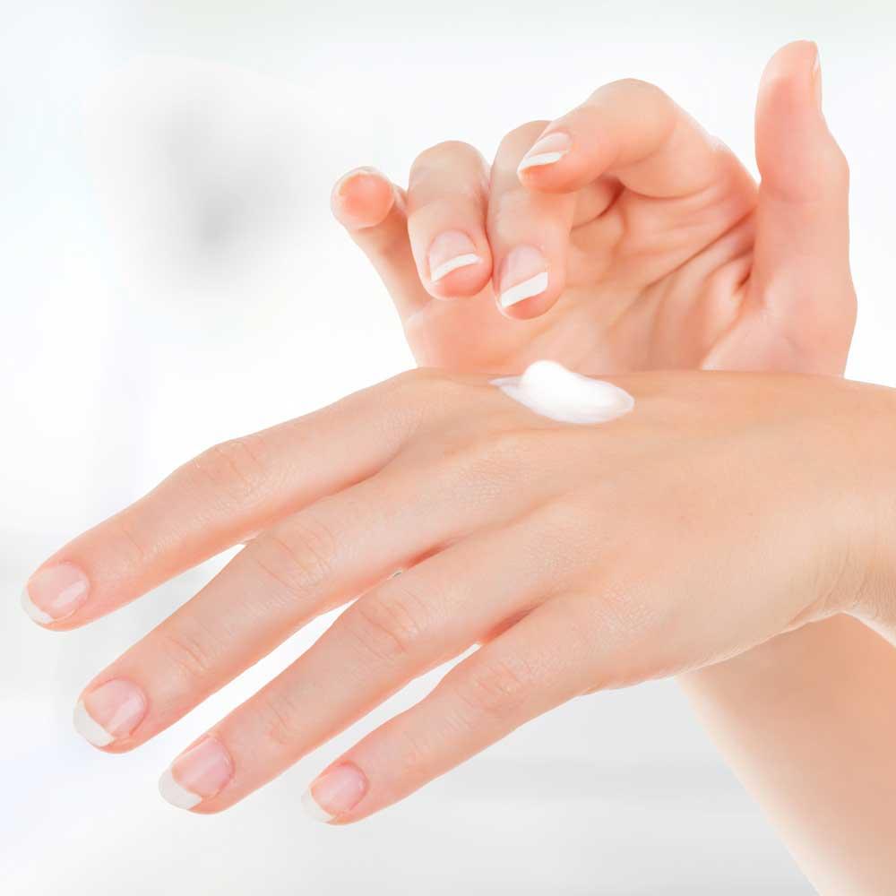Hände werden eingecremt, da die Haut im Winter geschwächt wird