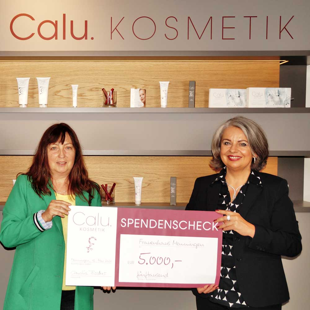 Claudia Fischer überreicht 5000-Euro-Spendenscheck an Frauenhaus-Mitarbeiterin