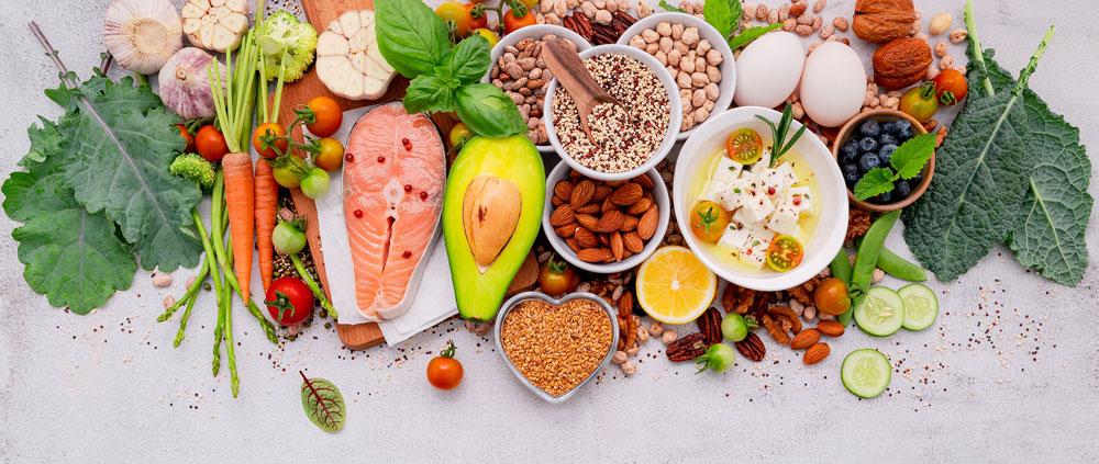 Arrangement an verschiedenen Lebensmittel mit Eiweiß, Fett und Kohlenhydraten
